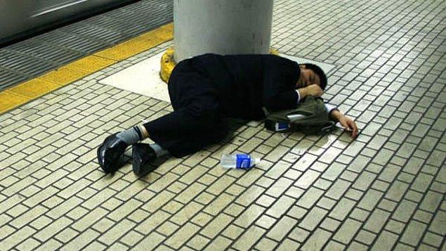 7. Metro istasyonunda uyuyanlar...