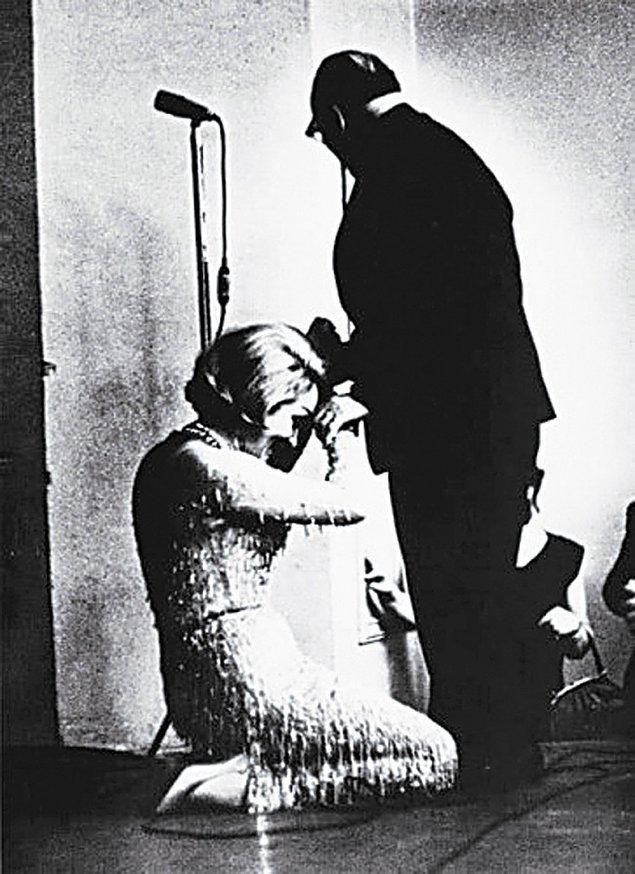 1. Marlene Dietrich 1963 yılında Konstantin Paustovsky'nin elini öperken.