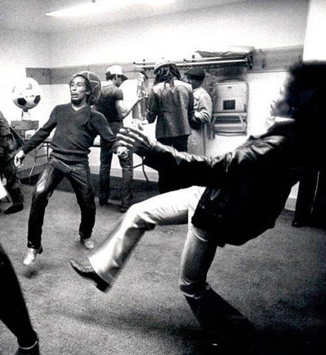19. Bob Marley konser öncesi futbol oynuyor.