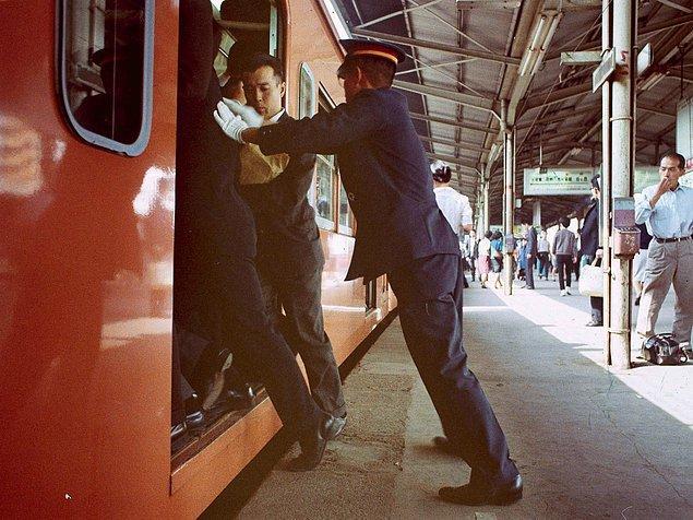 Ошия или заталкиватели людей в поезда в Японии
