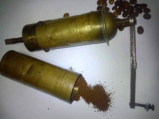 13. Evi mis gibi kokutan kahve değirmeni.