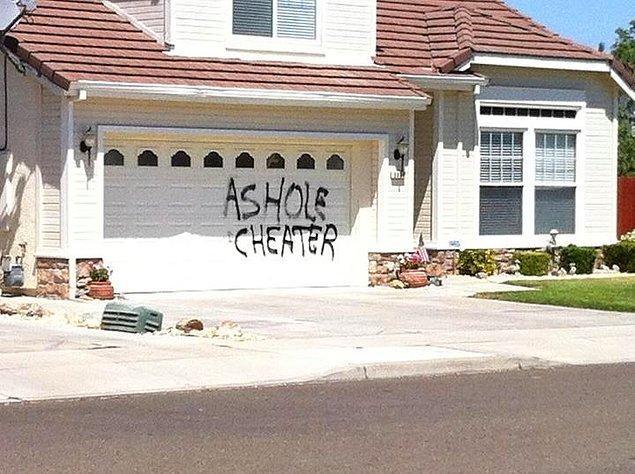 На этот раз, послание на двери гаража...