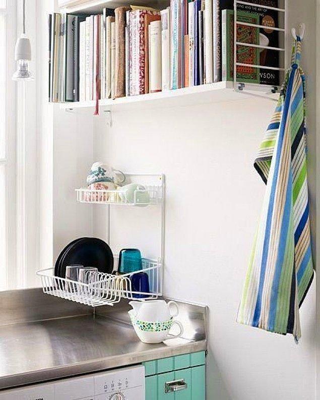 9. Yemek kitaplarınız ve tarif defterleriniz fazla yer kaplamasın istiyorsanız mutfağınızda da kitap rafları kullanabilirsiniz.
