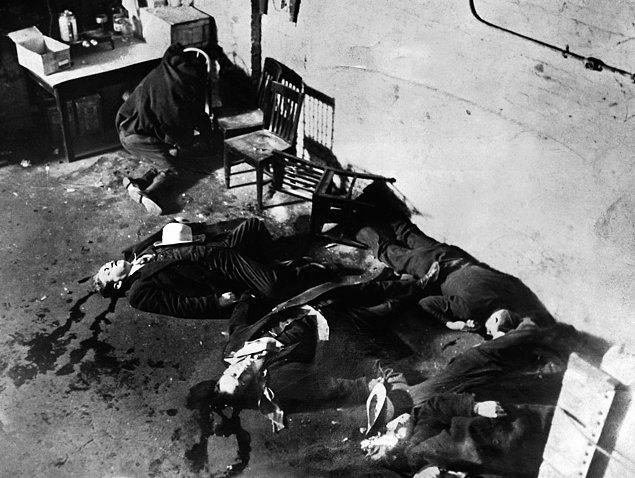 12. Düşmanı olan bir çete Capone'un kaçak içki taşıdığı uçakları kaçırmış, Chicago Outfit'in yönettiği kukla belediye başkanlarından ikisini öldürmüş ve üç kez kilit adamlarından biri olan Jack McGurn'u öldürmeye çalışmıştı.