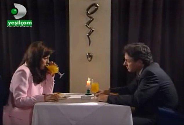 Mum ışığında sarı kola içerek sevgiliden ayrılmak.