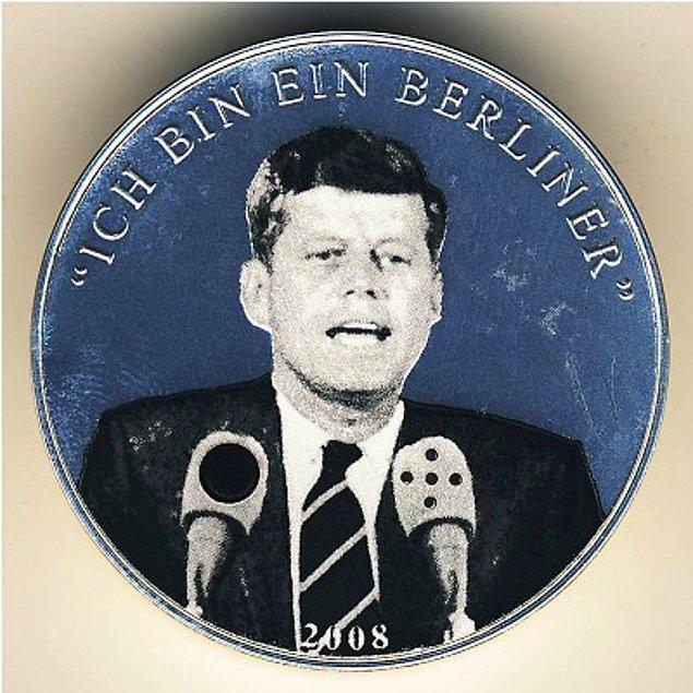 11. Moğolların piyasaya sürdüğü 500 tuğriklik madeni para üzerinde eski Amerikan Başkanı John F. Kennedy'nin resmi ve bir de ufak düğme bulunuyor.