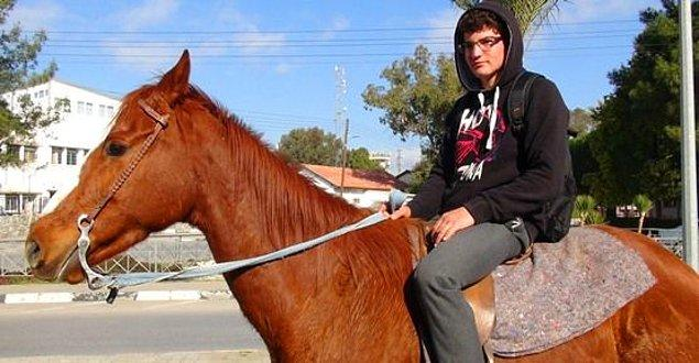 KKTC'de yaşayan Kamil Karahüseyin, okuluna atla gidiyor.