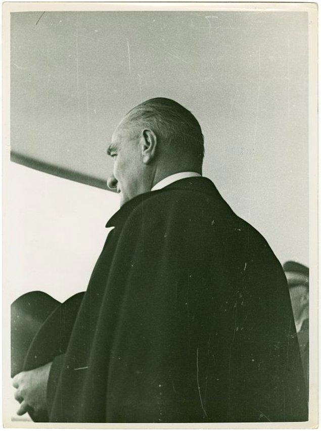 2. Atatürk'ün arkadan çekilmiş bir fotoğrafı.