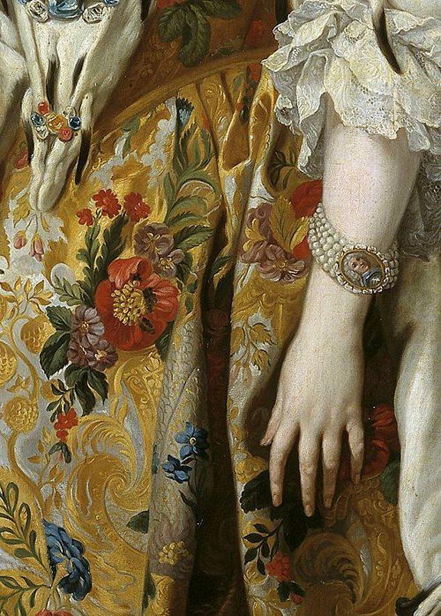 19. Zevksiz biri, perdelik kumaştan elbise diktirmiş.
