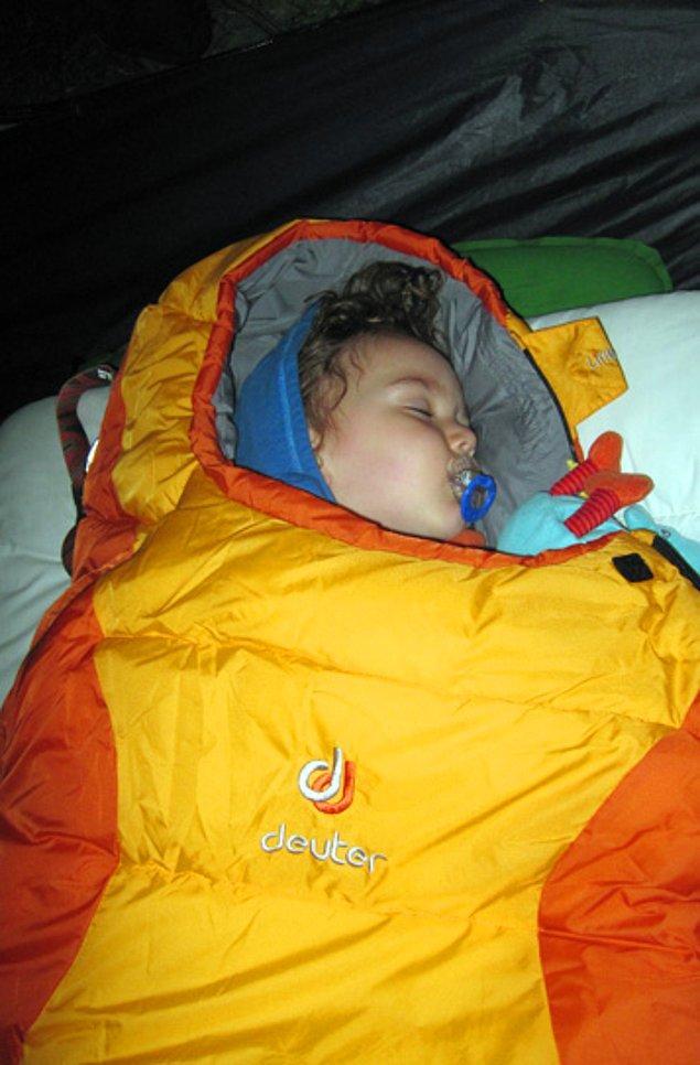 17. Tibet Çınar daha 1 yaşında dahi çadırda uyuyabiliyor, tulumunda tatlı bir tırtıl gibi kıvrılıp yatıyor.