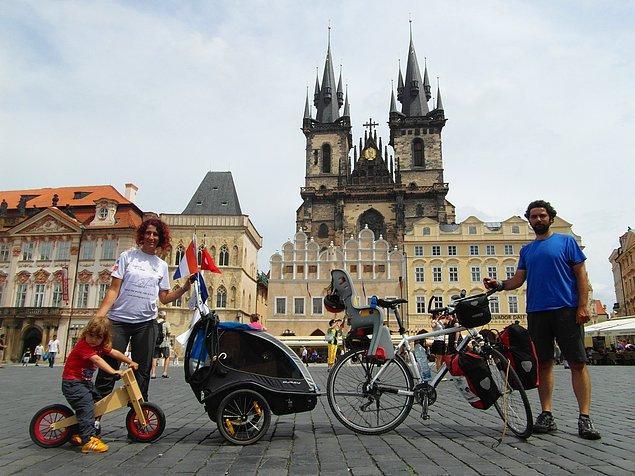 24. Çek Cumhuriyeti'nin başkenti Prag'ın trafiğe kapalı ünlü meydanında Tibet Çınar alıştırma bisikletinin keyfini sürüyor.