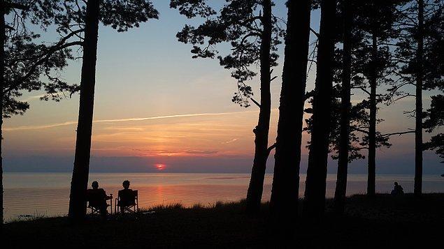 31. Estonya. Baltık denizine karşı bir kamp akşamında dinleniyoruz.