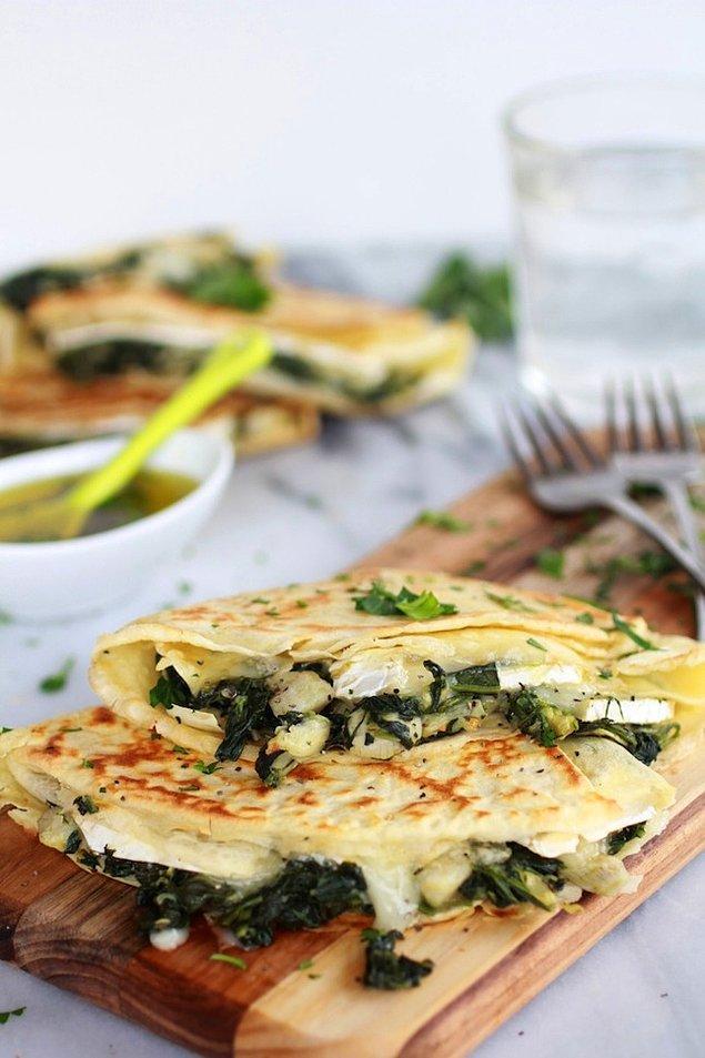 3. Ispanak ve enginar ikilisinin peynirle buluşturup krepin içine koymaya ne dersiniz?