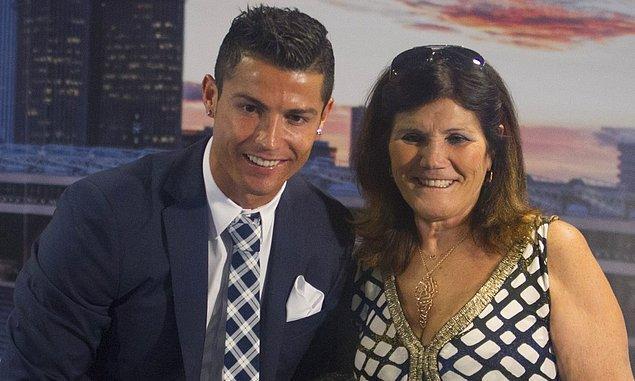 Nedendir bilinmez, Ronaldo'nun annesi Shayk'ı bir türlü oğluna yakıştıramamış, onların bırakın evlenmesini, sevgili kalmasını bile istememişti.