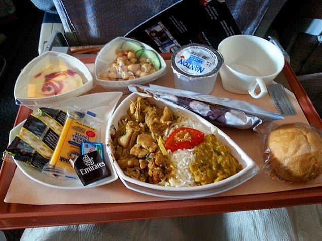2. Emirates Hava Yolları'nda yolculara verilen yemek: