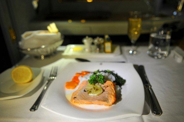 First class'ta ise sınırsız Dom Perignon ve somon balığı sahnede.