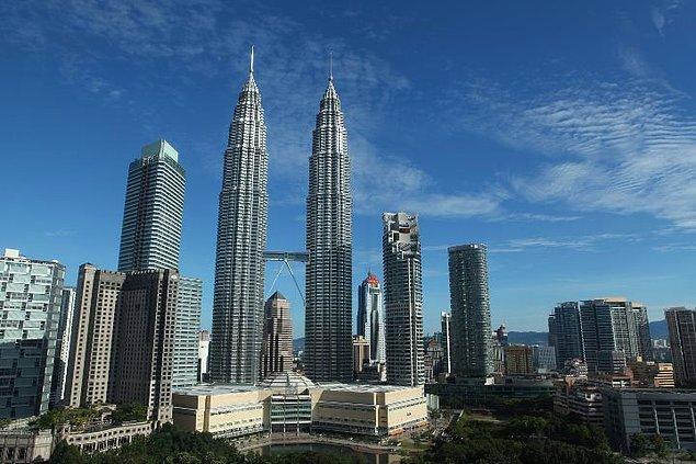 1. Malezya'nın ünlü Petronas kulelerinin yer aldığı bu fotoğrafı kim görse Malezya'ya bir gün gitme fikrine sıcak bakabilir.