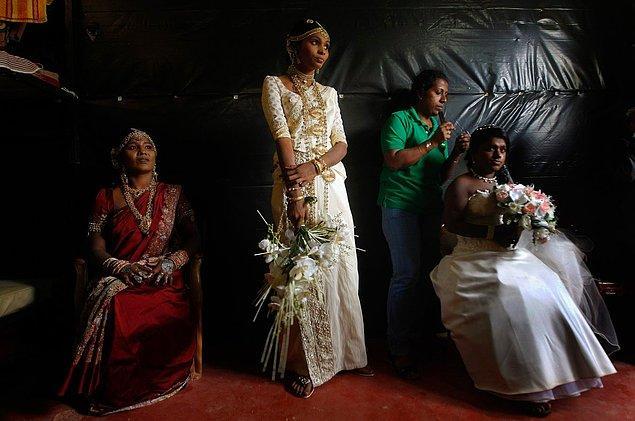 3. Hem doğu hem batı kültürüne ait ayrıntılar taşıyan gelinliğiyle Sri Lankalı bir gelin.