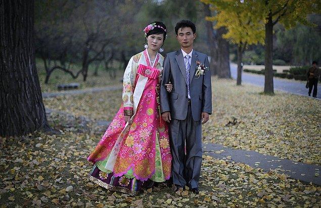 """16. Kore'de gelinlerin binlerce yıldır giydiği """"hanbok"""" isimli geleneksel kostümü içerisinde bir kadın."""