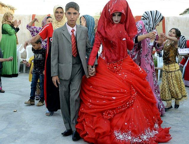 21. Geleneksel anlayışta, Iraklı bir gelin yedi farklı gelinlik giyer. Her bir elbisesi gökkuşağının bir rengini sembolize eder.