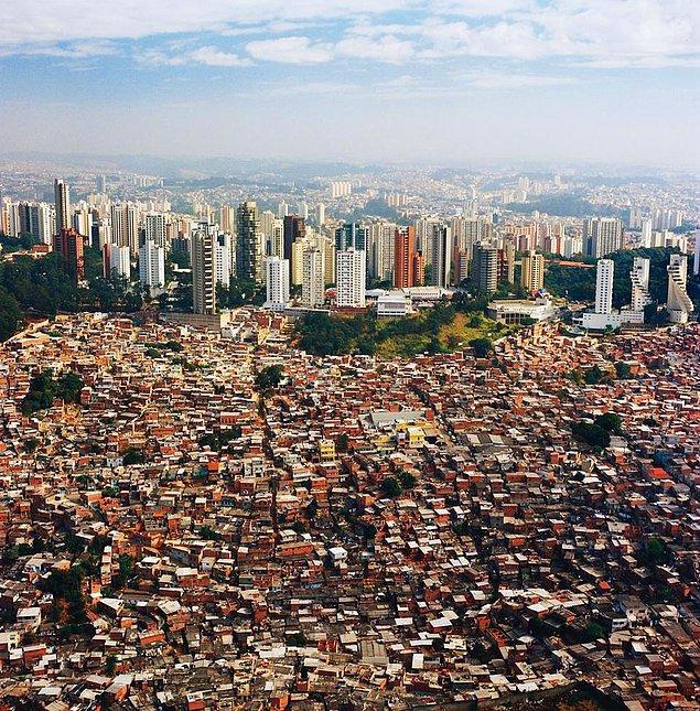 Büyüklük ve modernlik neye göre, kime göre? İki fotoğraf da São Paulo'dan, sadece kamera başka yöne bakıyor. Aslında çoğunluğu gecekondudan ibaret.