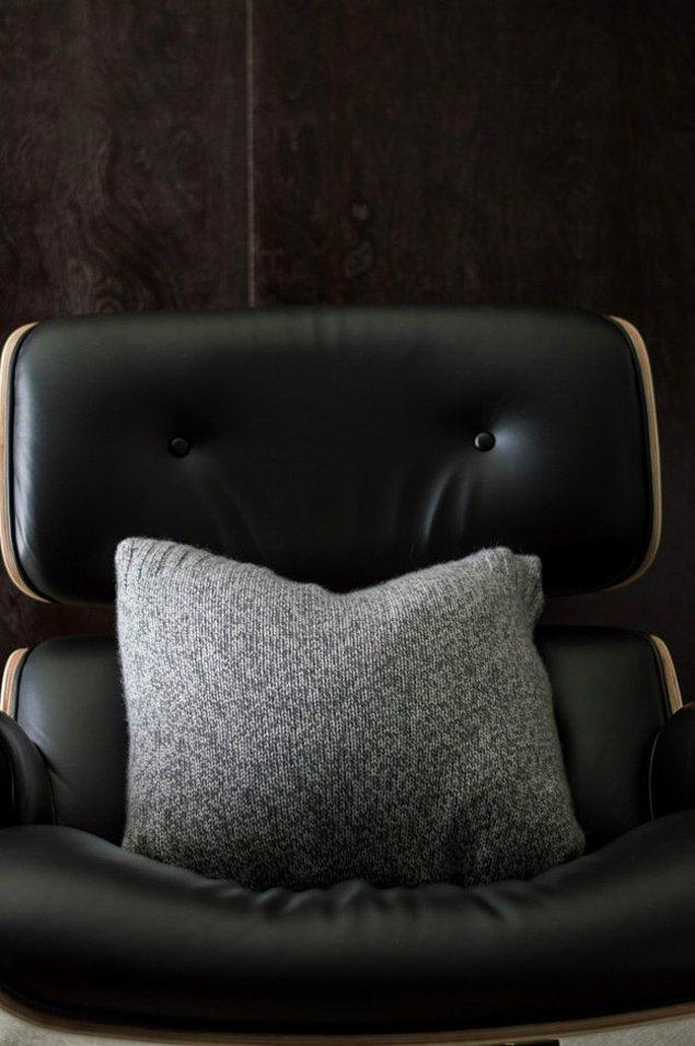 3. Eskimiş kazaklarınızdan, eski yastıklara kılıflar yapıp onları sandalyelere, koltuklara serpiştirin