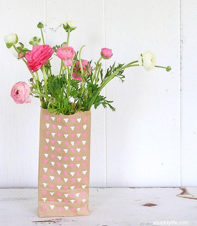 7. Eğer bitkilere bakmak için yeterince ışıklı ortamız varsa, onları için kese kağıdından yapılma 'do it yourself'' vazolara koyabilirsiniz