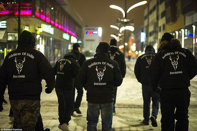 Tamamiyle göçmen karşıtı olan bu grup adını Finlandiya sokaklarında devriye atmaya başladığını ilan etmesiyle duyurdu.