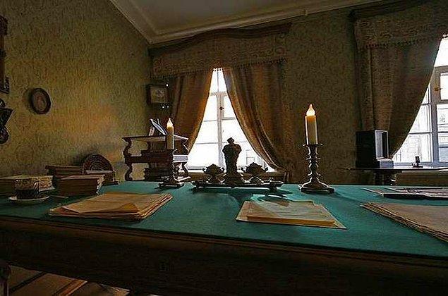 Dostoyevski'nin son yıllarını geçirdiği, Karamazov Kardeşleri de kaleme aldığı ev, 1971'de yaşadığı döneme birebir uygun şekilde müze haline getirildi.