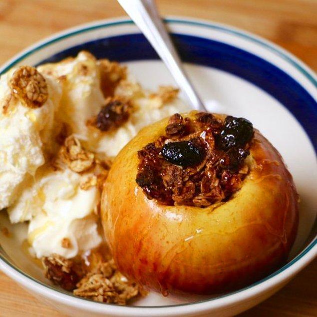 3. İçi bol bol yulafla dolu hafif bir tatlı için elmadan iyisi olmaz