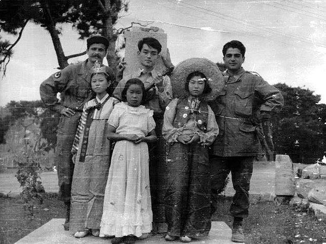16. Savaşın yıprattığı bir aileyi korumasına alan askerler