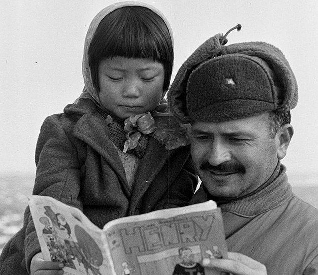 18. Her asker, babasıymış gibi davranarak ailesini kaybeden çocuklara ayrı bir özen gösteriyor.