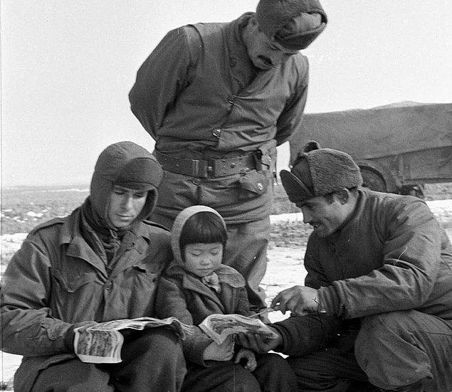 17. Tugay'daki askerler savaş ortamında Koreli bir çocuğun canının sıkılmaması için çaba sarfediyorlar.