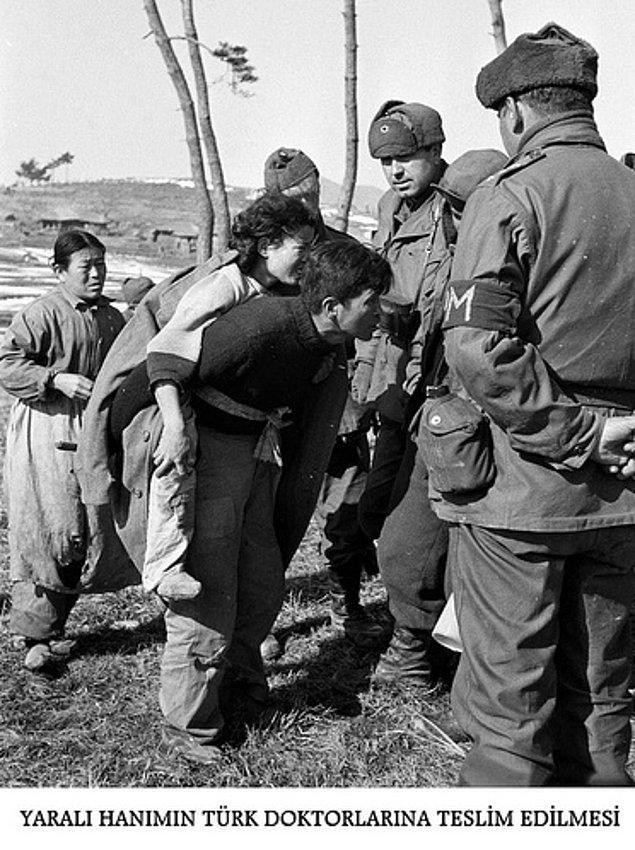 20. Savaşta yaralanan sivil bir kadın Türk doktorlarına teslim ediliyor.