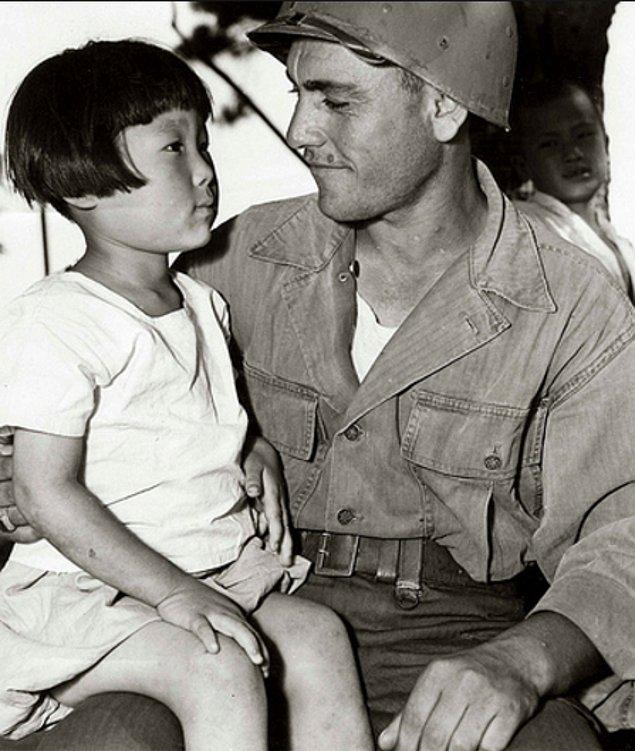 25. Yetim çocuklardan biri askerimize emanet