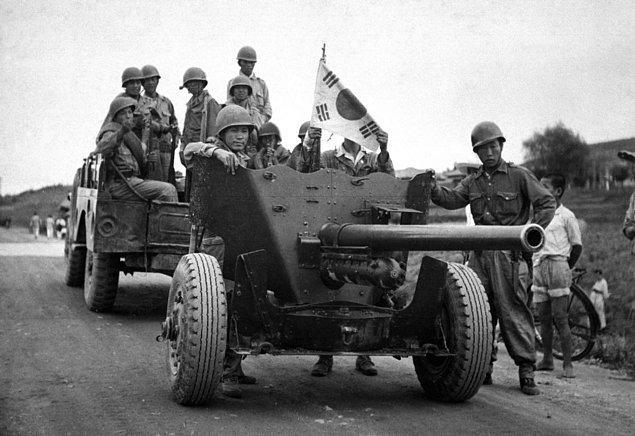 1. 1950-1953 yılları arasında yaşanan Kuzey Kore-Güney Kore Savaşı, Soğuk Savaş'ın ilk sıcak çatışmasıydı. ABD ve müttefikleri Güney Kore'yi desteklerken Çin, Kuzey Kore'yi destekleyince savaş uluslararası bir boyut kazanmıştı.