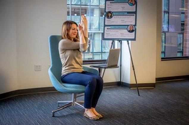 5. Bürositte oturmaktan katılaşmış sırt kaslarını esnetelim biraz da.