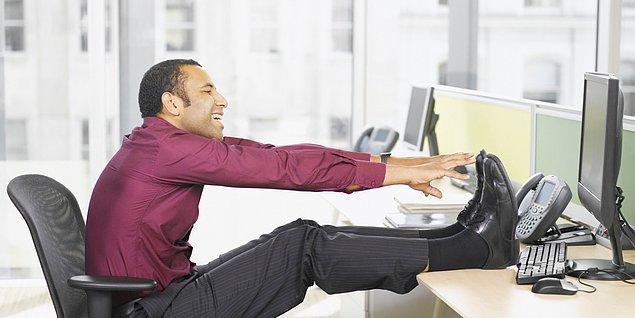 8. Sandalyede bacaklarını kırarak oturmak, bacaklarının arkasındaki kasları (hamstring'leri) kısaltır.