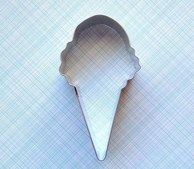 1. Kurabiyeyi dondurma şeklinde kesen kurabiye kalıbı
