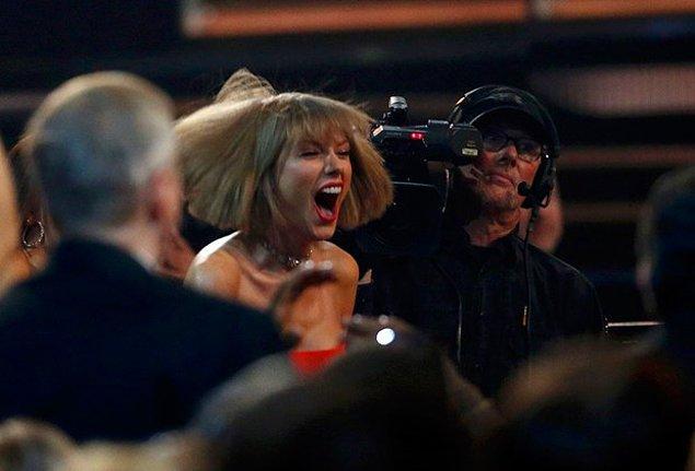 """Yılın Kaydı ödülünü """"Uptown Funk"""" ile Mark Ronson'un aldığı gecede, Yılın Albümü """"1989""""la Taylor Swift'in oldu"""
