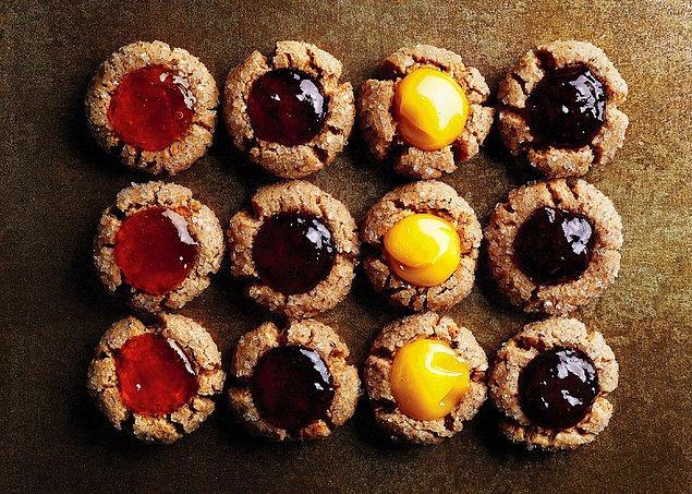 8. Badem unuyla kıtır kıtır kurabiye hazırlayıp enfes reçellerinizle renklendirmek...