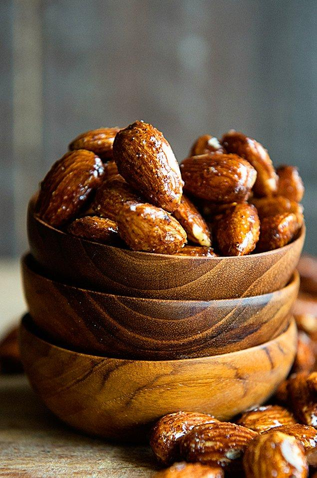 11. Bademi tatlılarını güzelleştirmek için kullanmak isterseniz yanına bal almayı unutmayın!