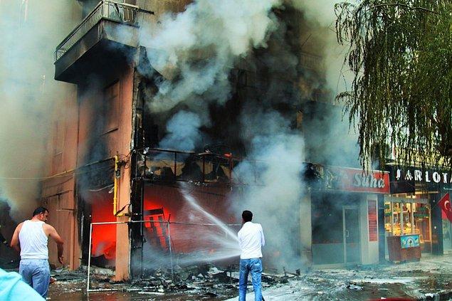 İş yerleri, parti binaları ateşe verildi