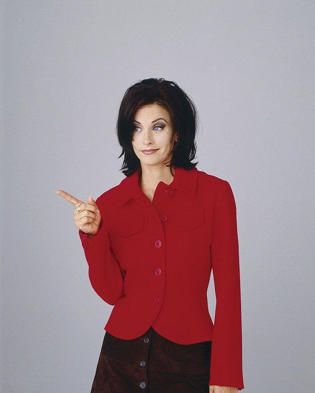 Monica muhtemelen lavabonun içi dışında kurabiye yiyen birini işaret ediyor