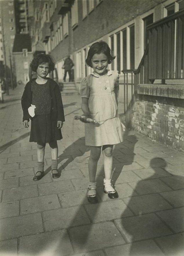 2. Anne Frank elindeki atlama ipiyle kaldırımda oyun oynuyor, Amsterdam, 1935.