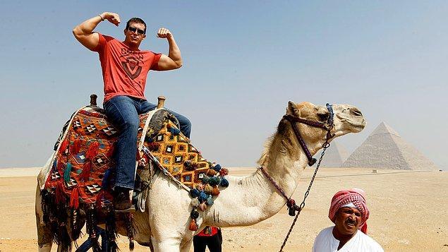 19. ''Onmadık hacıyı deve üstünde '' diye başlayan atasözümüz nasıl biter?