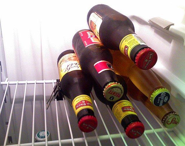 5. Buzdolabında yer yaratmak isterseniz şişeleri toparlamanız yeterli!