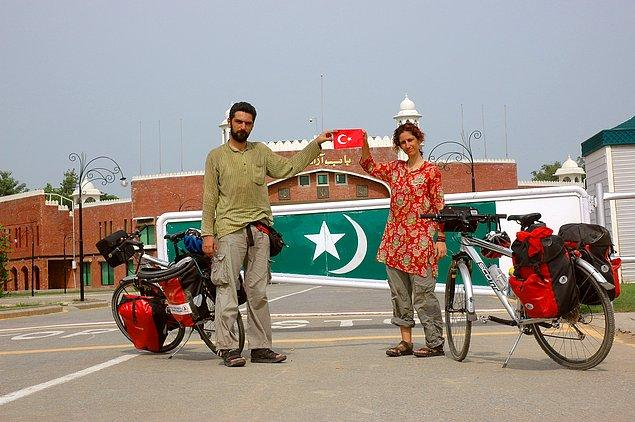 4. ...birlikte İran, Pakistan, Hindistan turu yapmışlarsa armut zaten dibine düşecektir değil mi? Böylece bebek doğar doğmaz...