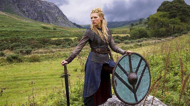 2. Birçoğumuz kendisini Vikings dizisindeki Lagertha Lothbrok karakterinden tanıyoruz.