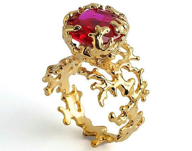 """8. """"Ben yüzüğümü göstermeyi severim"""" diyenler için dev yakut taşlı yüzük:"""